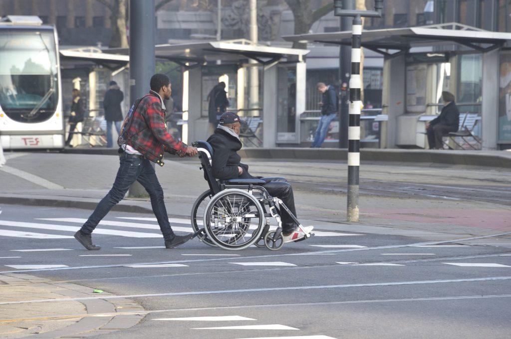 man-in-rolstoel-op-zebra